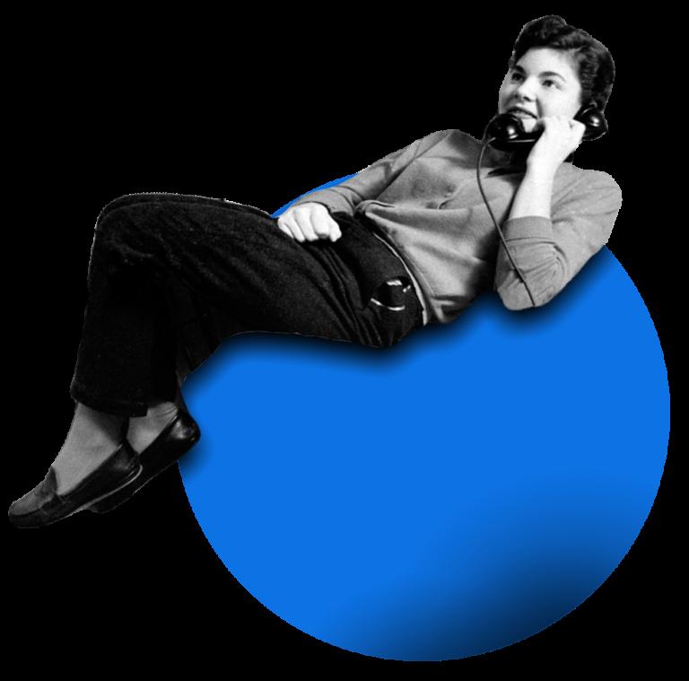 donna al telefono, coricata su una sfera blu